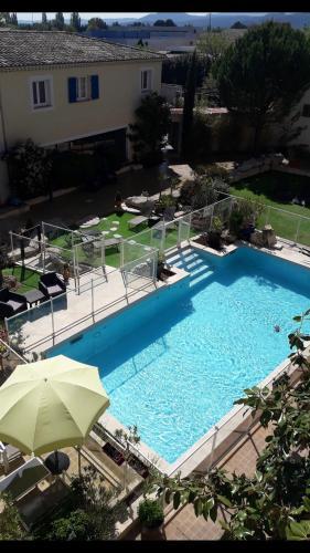 Hotel The Originals Aix-en-Provence Nord Le Village Provençal (ex Inter-Hotel) : Hotel near Pertuis