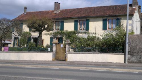 La Maison Jaune : Bed and Breakfast near Civaux