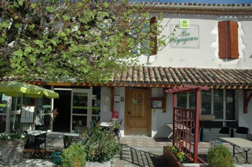 Logis Hôtel Les Voyageurs : Hotel near Belvèze