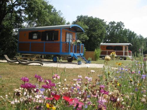 Les Roulottes d'Encazeaux : Guest accommodation near Menville