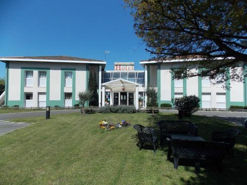 Logis Hôtel Du Delta : Hotel near Biganos