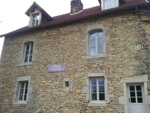 La Tour Charlemagne : Bed and Breakfast near Perrigny