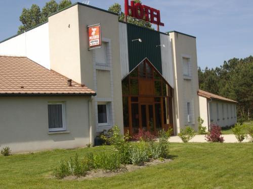 Hôtel Le Grand Chêne : Hotel near La Chapelle-Saint-Laurian