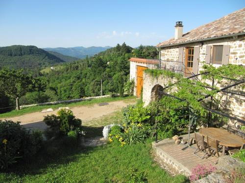 Le Petit Rias : Guest accommodation near Saint-Michel-de-Chabrillanoux