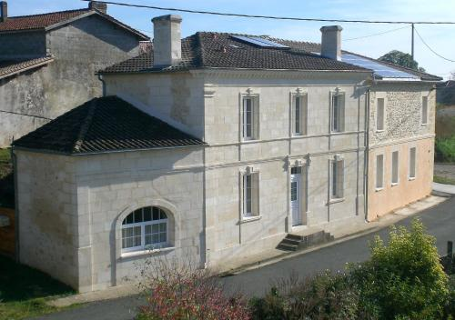 Chambres d'Hôtes Le Bourdieu : Bed and Breakfast near Saint-Genis-du-Bois