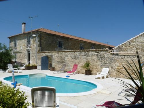 A Fleur des Champs : Bed and Breakfast near Puyrolland