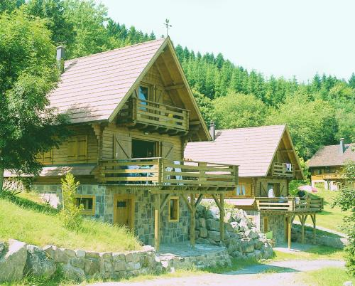 Chalets Le Cerf et le Sapin : Guest accommodation near Lalaye
