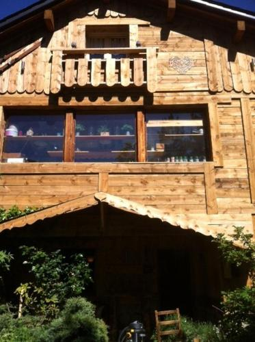 Chalet Pomme de Pin : Bed and Breakfast near Rouze