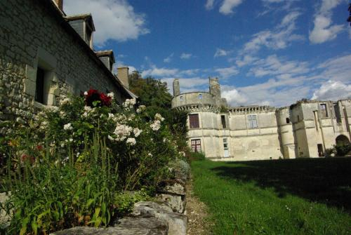 Château de Veuil : Bed and Breakfast near Saint-Martin-de-Lamps