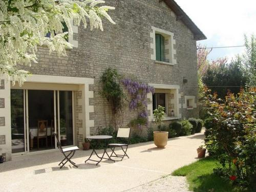Chambres d'Hôtes L'Acacia : Bed and Breakfast near Blanzay-sur-Boutonne