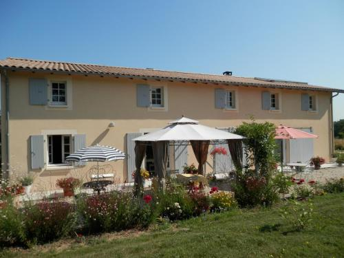Chambres d'Hôtes Les Fleurs des Champs : Bed and Breakfast near Saint-Aigulin