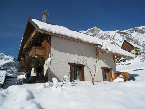 Les Chalets Dycoh : Guest accommodation near Saint-Christophe-en-Oisans