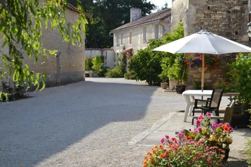 Le Moulin de Lusseau : Bed and Breakfast near Mairé-Levescault