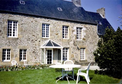 Le Presbytère : Bed and Breakfast near Sougéal