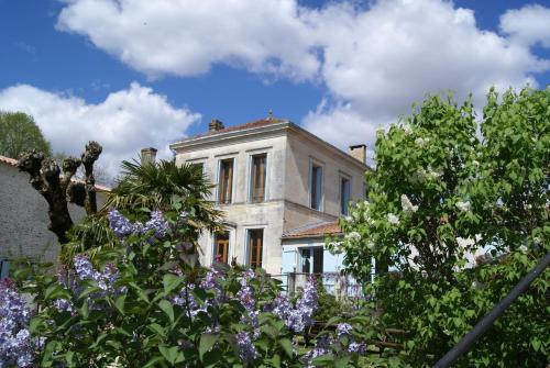 Domaine La Fontaine B&B : Bed and Breakfast near Saint-Aubin-de-Blaye