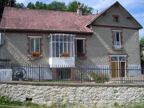 Gîte Meublé : Guest accommodation near Saint-Péreuse