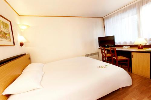 Campanile Cherbourg-Laglacerie : Hotel near Sideville