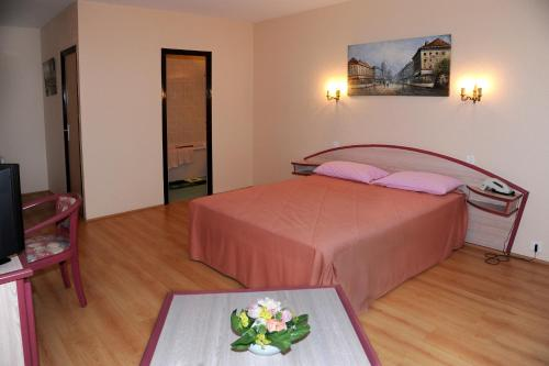 Logis Hostellerie De La Reine Blanche : Hotel near Péas