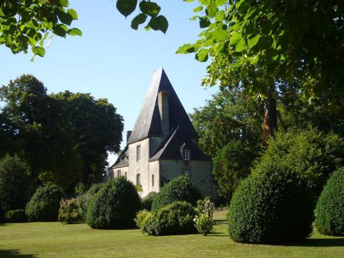 Château de la Cour : Bed and Breakfast near Châtres-la-Forêt