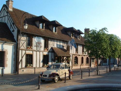Auberge Du Cheval Blanc - Les Collectionneurs : Hotel near La Chapelle-Montmartin