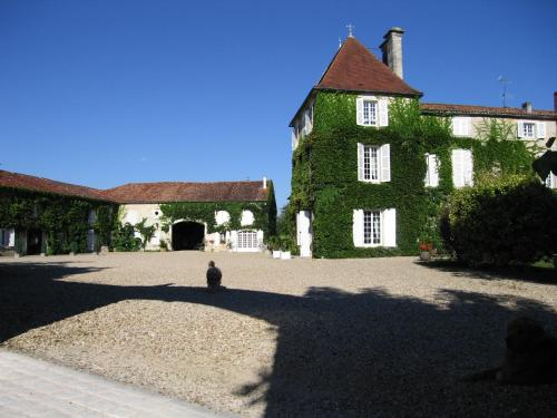 Logis de Guitres - Chambres d'Hotes : Bed and Breakfast near Segonzac
