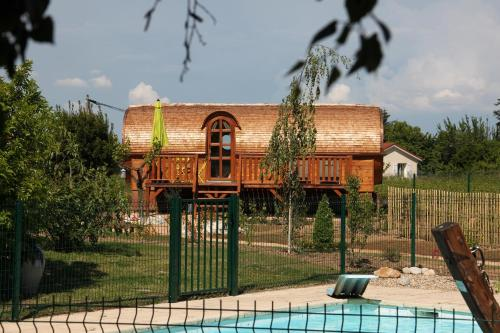 Les Roulottes Viticoles : Bed and Breakfast near Odenas