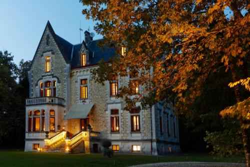 Château La Thuilière : Bed and Breakfast near Saint-André-de-Double
