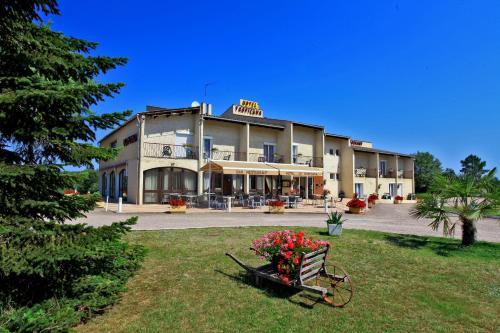 Hotel Restaurant Le Tropicana : Hotel near Creyssensac-et-Pissot