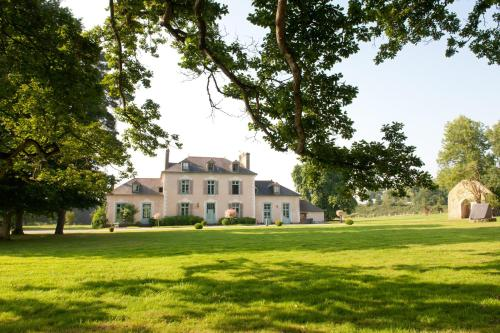 Château Du Pin - Les Collectionneurs : Bed and Breakfast near Saint-Uniac