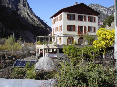 Hôtel Restaurant des 2 Vallées : Hotel near Pierrefeu