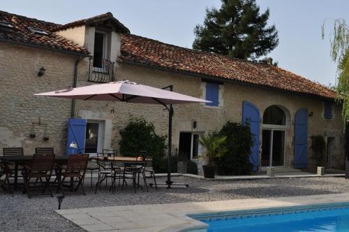 Chambres et Tables d'Hôtes La Grange Au Bois : Bed and Breakfast near Gout-Rossignol