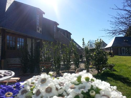B&B - Le Clos aux Masques : Bed and Breakfast near Branville