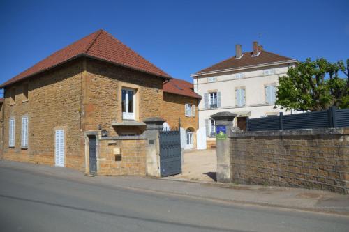 Chambre d'hôtes Le Jardin Des Pierres Dorées : Bed and Breakfast near Lucenay