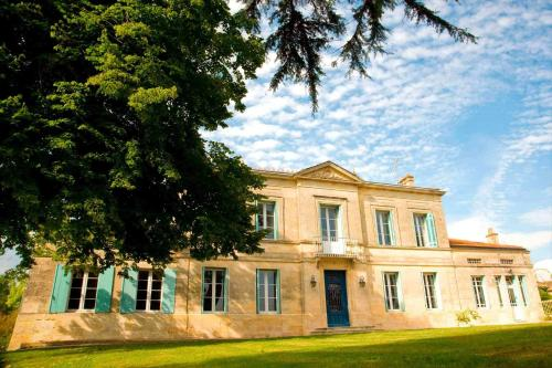 Chateau Rousselle : Bed and Breakfast near Saint-Mariens