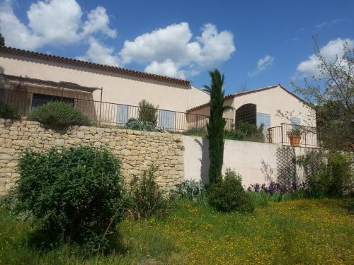 Grande Maison mitoyenne : Guest accommodation near Entrecasteaux