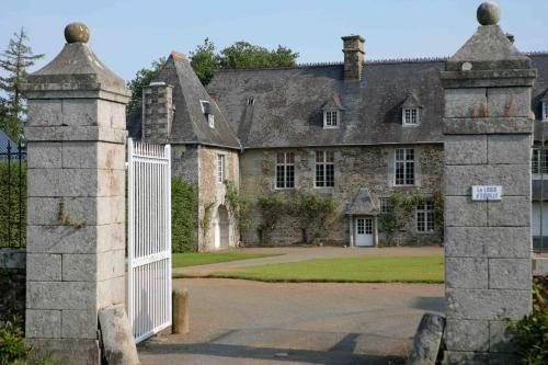 Le Logis d'Equilly : Bed and Breakfast near Villedieu-les-Poêles