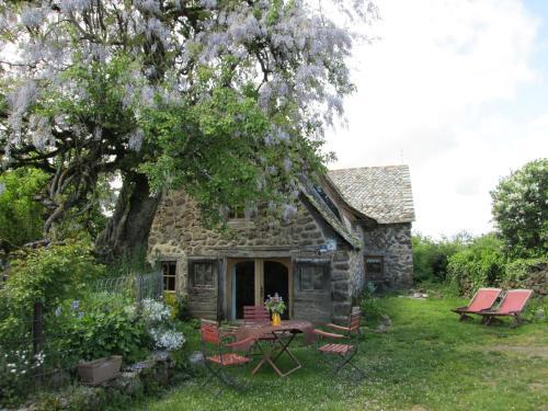 Gîte L'Oustalou : Guest accommodation near Lieutadès