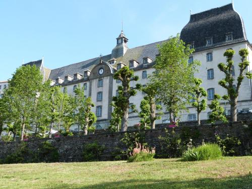 Hôtel-Restaurant les Planchettes : Hotel near Espinasse