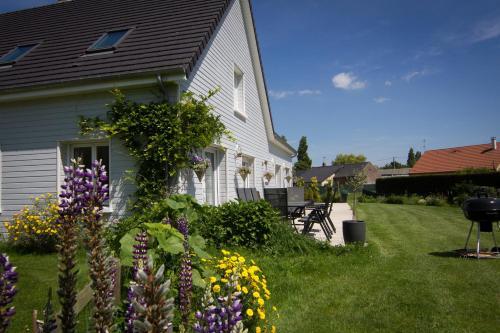 Chambres d'hôtes L'Abri Cotier Rue de la Baie : Bed and Breakfast near Lanchères