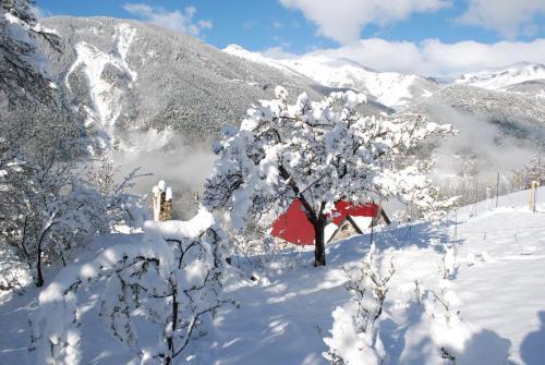 Les Toits Rouges avec accès pédestre 300/450m : Bed and Breakfast near Isola