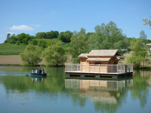 Cabanes Flottantes du lac de Pelisse : Guest accommodation near Ferrensac