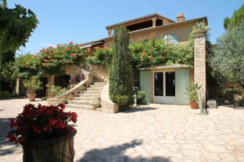 Villa Thebaïde Chambres d'hôtes : Bed and Breakfast near Orsan