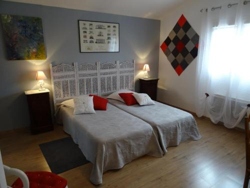 Une chambre en ville : Bed and Breakfast near Chalain-d'Uzore
