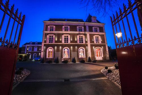 Hotel The Originals Lens Ouest La Maison Rouge (ex Qualys-Hotel) : Hotel near Fouquereuil