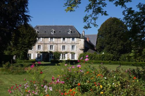 Chateau de Savennes - Caveau de sabrage : Bed and Breakfast near Larodde