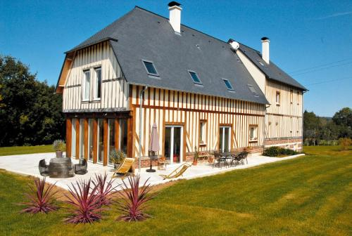 Superbe Villa Normande : Bed and Breakfast near Saint-Gatien-des-Bois
