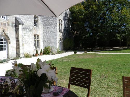 Château de Sers : Bed and Breakfast near Mornac