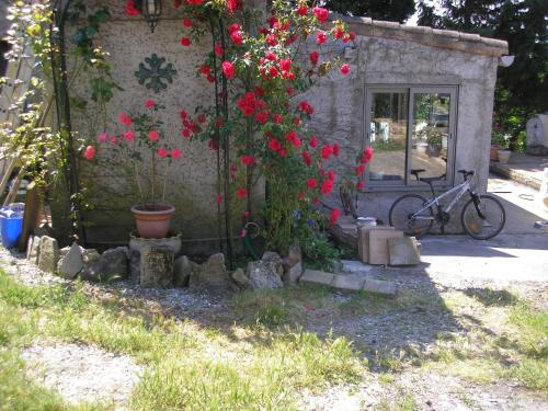 Les Hauts de Sainte Croix Carcassonne-Gites Piscine : Guest accommodation near Cazilhac