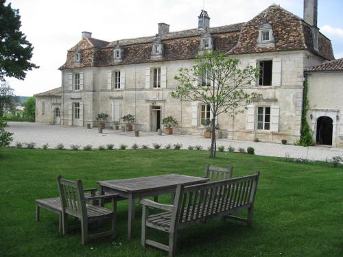 Château Manoir de la Lèche : Bed and Breakfast near Rancogne