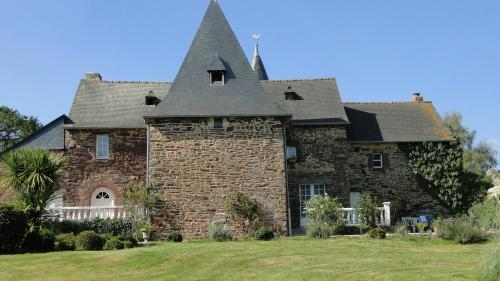 Manoir La Haie Chapeau : Bed and Breakfast near Saint-Malon-sur-Mel